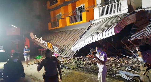 ชนวินาศ! หนุ่มซิ่งกระบะแหกโค้งพุ่งชนรถ-ร้านค้าข้างทางลำปาง พัง 5 คูหา-คนขับเจ็บ