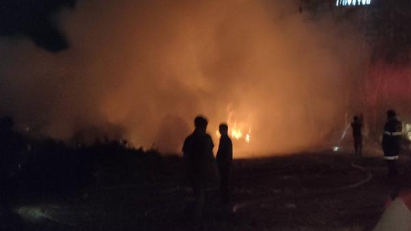ชาวบ้านแตกตื่น! เกิดเหตุไฟไหม้กองไม้แห้งบนภูเขา กลางเมืองศรีราชา
