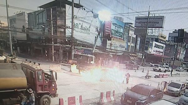 วินาทีชีวิต!!  คนงานยกแบริเออร์ทำถนนพลาด แขนรถยกไปเกี่ยวถูกสายไฟ 22000 โวลต์ช็อตกระเด็น