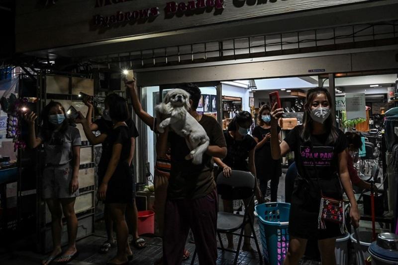 ชาวเมืองย่างกุ้งบางรายเปิดไฟฉายจากมือถือ ในคืนวันพุธ (3 ก.พ.) เพื่อแสดงการต่อต้านคัดค้านการทำรัฐประหารยึดอำนาจของกองทัพพม่า