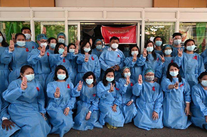 บุคลากรทางการแพทย์ที่โรงพยาบาลกลางในเมืองย่างกุ้ง ถ่ายภาพหมู่แสดงการประท้วงการรัฐประหารเมื่อวันพุธ  (3 ก.พ.)