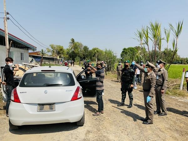 ผู้การฯ นครปฐมนำทีมโชว์ผลงานรวบ 4 คนร้ายบุกปล้นบ้านย่านศาลายากลางวันแสกๆ