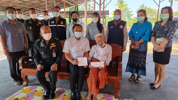 ทหารตบเท้าช่วยเหลือคุณยายวัย 98 ปี ที่ถูกดรียกเงินเบี้ยยังชีพคืน