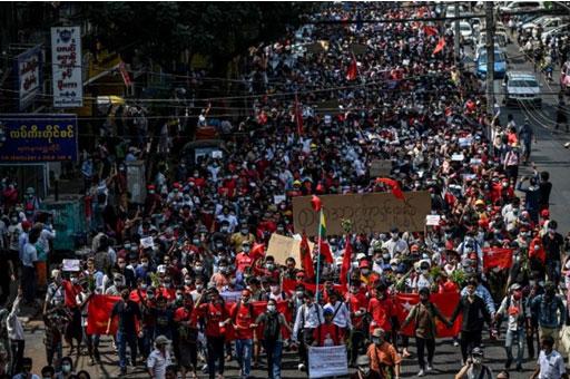ประชาชนชาวพม่าหลายหมื่นคนเดินขบวนทั่วพม่า เพื่อประณามการรัฐประหาร