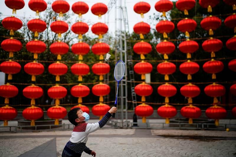 ตามถนนสถานที่สาธารณะในเมืองอู่ฮั่น มณฑลหูเป่ย ประดับประดาโคมแดงในช่วงใกล้ตรุษจีน ภาพ 8 ก.พ. 2021 ก่อน (แฟ้มภาพรอยเตอร์ส)
