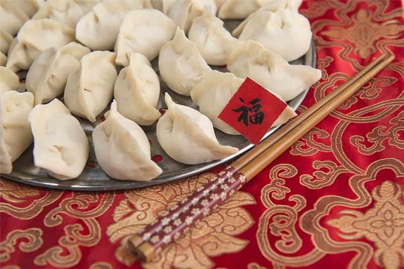 """""""เจี่ยวจือ"""" หรือเกี๊ยว การกินเกี๊ยวในวันปีใหม่จีนแฝงนัยของความรื่นเริงสนุกสนาน ความกลมเกลียว สิริมงคล สมปรารถนา และอายุมั่นขวัญยืน (ภาพจากไชน่า เดลี/VCG)"""