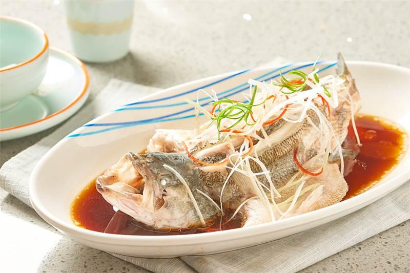 """เมนูปลา อาหารสำหรับวันตรุษจีนเพื่อเป็นเคล็ดให้ """"มีเงินทองเหลือกินเหลือใช้""""   (ภาพจากไชน่า เดลี/VCG)"""