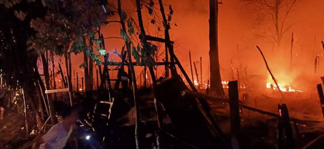 โกลาหล!ไฟไหม้ศูนย์อพยพบ้านแม่หละวอดกว่า 50 หลัง ผู้หนีภัยขนของหนีตายกลางดึก