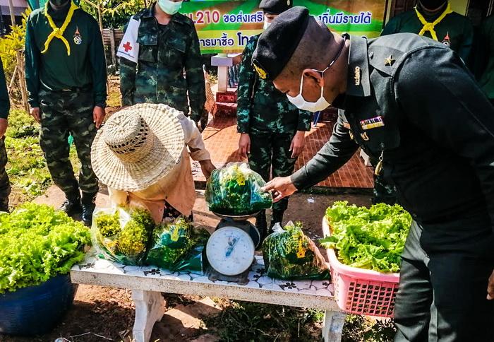 """""""รถสายัณห์""""มทบ.210เดินสายซื้อพืชผักจากเกษตรกร ช่วยเหลือชาวบ้านห้วงโควิด-19ระบาด"""