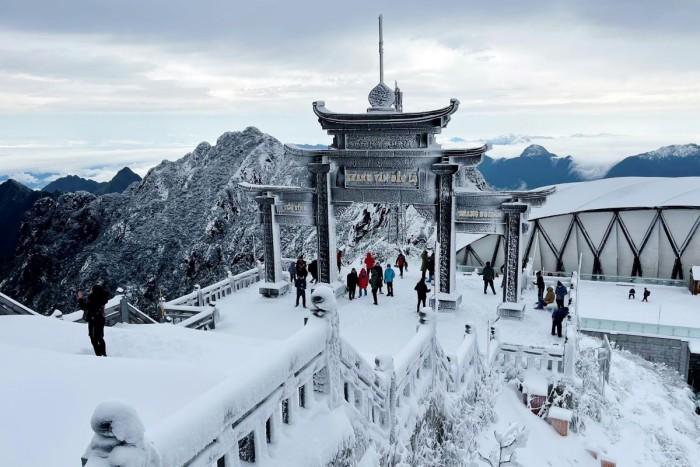ชมภาพหิมะขาวโพลนคลุมยอดเขาฟานซีปัน 'หลังคาแห่งอินโดจีน' ในซาปา งดงามราวสวรรค์
