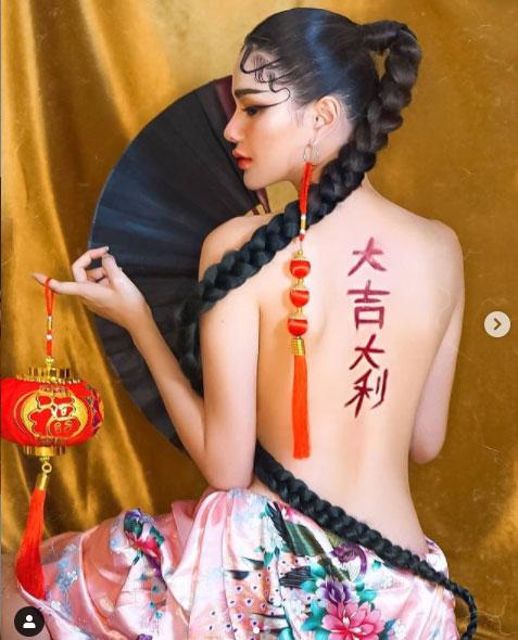 """ตรุษจีนลุกเป็นไฟ! เมื่อ """"กวาง วรรณปิยะ"""" เป็นสาวหมวยเปลื้องผ้าอวดแผ่นหลังโชว์อักษรจีน"""