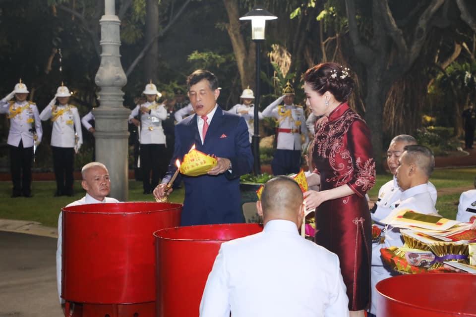 ในหลวง-พระราชินี ทรงประกอบพิธีสังเวยพระป้ายในเทศกาลตรุษจีน