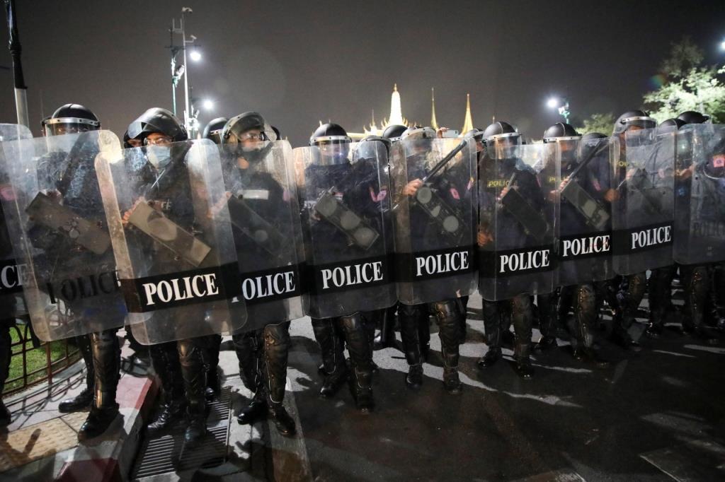 ประมวลภาพ : ม็อบ 13 กุมภา นับ 1 ถึงล้าน ทวงคืนอำนาจให้ประชาชน ปะทะเดือดตำรวจ ยิงแก๊สน้ำตา