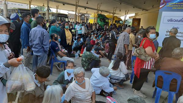 """ประชาชนชาวชัยภูมิ  เดินทางมาลงทะเบียนเข้าร่วมโครงการ """"เราชนะ"""" ในกลุ่ม 3 ไม่มีสมาร์ทโฟน ที่ธนาคารกรุงไทย สาขา ศูนย์ราชการ จ.ชัยภูมิ กันจำนวนมาก วันนี้ (15 ก.พ.)"""
