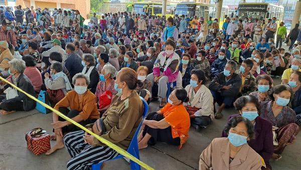 """ประชาชนชาวชัยภูมิ เดินทางมาลงทะเบียนเข้าร่วมโครงการ """"เราชนะ"""" ในกลุ่ม 3 ไม่มีสมาร์ทโฟน ที่ธนาคารกรุงไทย สาขาศูนย์ราชการ จ.ชัยภูมิ กันจำนวนมาก วันนี้ (15 ก.พ.)"""