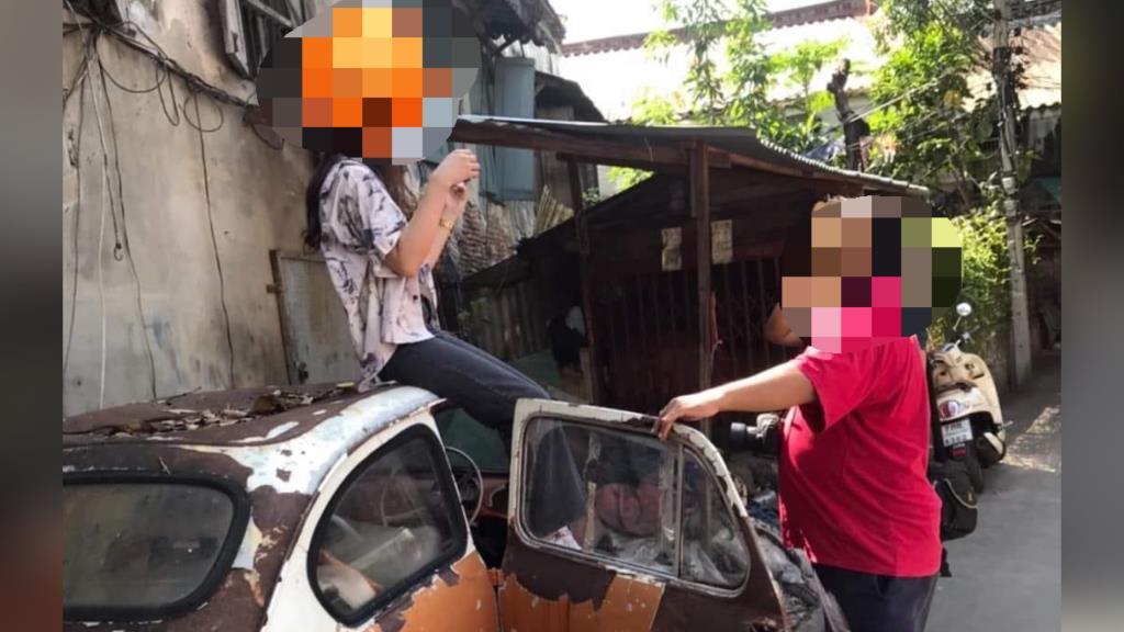 """""""ตลาดน้อย"""" ประจานนักท่องเที่ยว ฝืนข้อห้ามขึ้นนั่งภาพถ่ายบนซากรถโบราณ"""