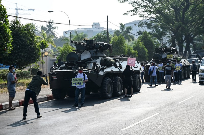 พม่าเพิ่มทหาร-รถถังออกมาควบคุมมวลชน แถมตัดอินเทอร์เน็ต  ด้านทนายเผย'ซูจี'ถูกนำขึ้นศาล'คดีวิทยุสื่อสารเถื่อน'สัปดาห์นี้