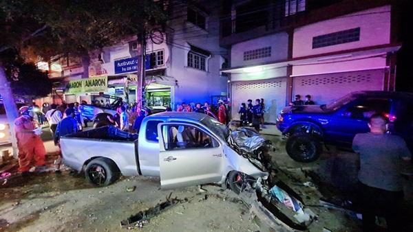 ชนดะ! กระบะซิ่งเสียหลักพุ่งชนรถยนต์-จยย.แยกชุมชนบางเสร่ช่วงกลางดึกที่ผ่านมา เจ็บ 6 ราย