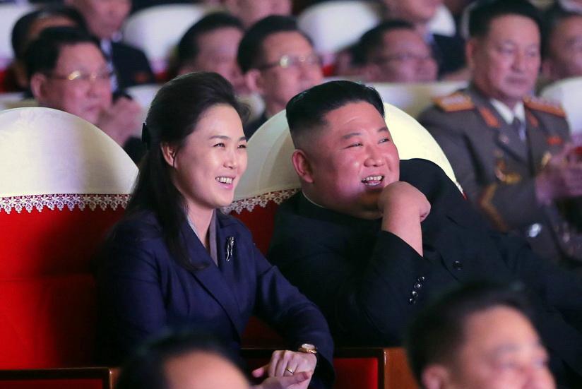 In Pics: ยังหวานอยู่! 'คิมจองอึน' ควงศรีภรรยาออกสื่อครั้งแรกในรอบ 1 ปี