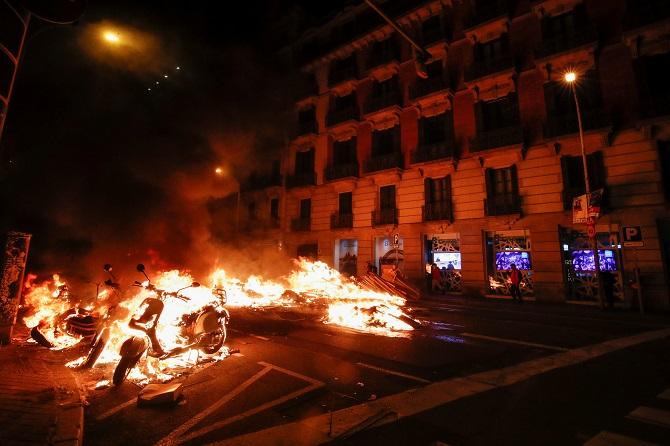 """""""แก๊สน้ำตา-กระสุนยาง-ระเบิดเสียง"""" ปลิวว่อน จลาจล 2 คืนติดในสเปน ประท้วงต้านจับ """"แรปเปอร์"""" หมิ่นกษัตริย์ (ชมคลิป)"""