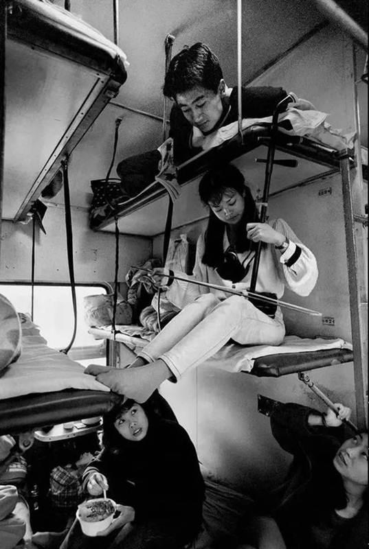 เด็กสาวเล่นเครื่องดนตรีจีนเอ้อร์หูในขบวนรถไฟ กว่างโจว-เฉิงตู ปี 1996