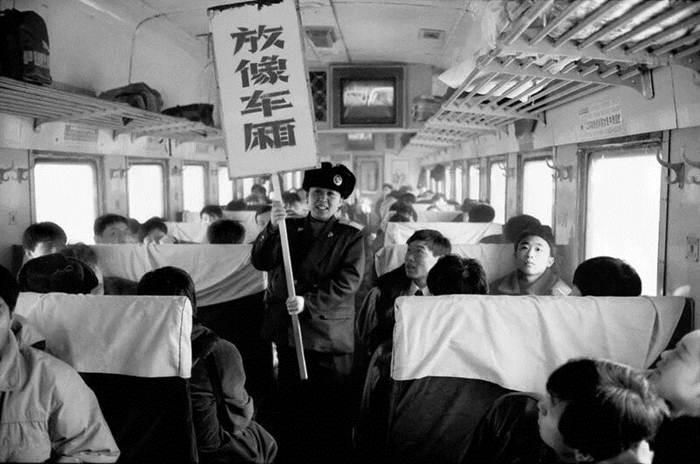 """บนขบวนรถไฟหมู่ตันเจียง-ฉังทิง ปี 1994 คนงานรถไฟถือป้ายเขียนว่า """"ตู้รถไฟนี้มีโทรทัศน์"""""""