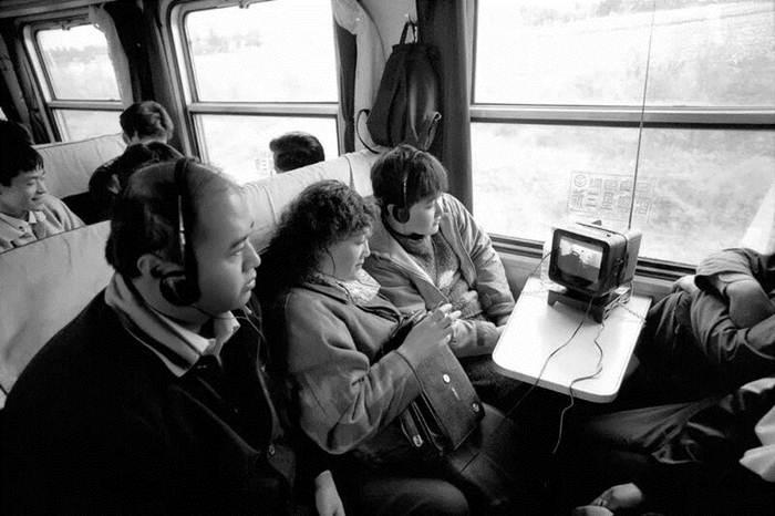 ผู้โดยสารบนขบวนรถไฟสายฮาร์บินและหมู่ตันเจียง ปี1999 ดูโทรทัศน์เครื่องเล็ก ในยุคนั้นการรถไฟจีนเสนอบริการให้เช่าโทรทัศน์เครื่องเล็กแก่ผู้โดยสารดูรายการต่างๆระหว่างเดินทาง