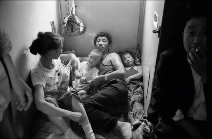 บนขบวนรถไฟเซี่ยงไฮ้-ฉงชิ่ง ปี 1991 ครอบครัวสมาชิกสี่คนนอนบนรถไฟ