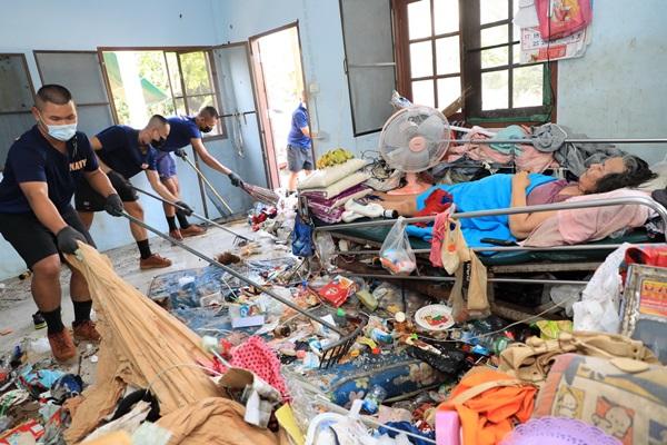 ไม่ทิ้งประชาชน ! กองทัพเรือ ส่งกำลังพลทำความสะอาดบ้าน 2 ตายายใช้ชีวิตท่ามกลางกองขยะ