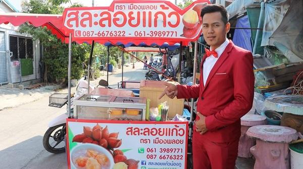 หนุ่มสระบุรี สร้างจุดขายกระต้นการซื้อใส่ทักซิโด้สีแดงขี่จยย.พ่วงข้างขายสละลอยแก้วยอดพุ่ง