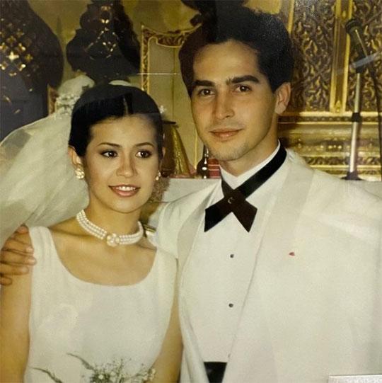 """สวยหล่อสมเป็นพระเอก นางเอกดังแห่งยุคนั้น """"นก จริยา - จอนนี่"""" กับภาพแต่งงานเมื่อ 29 ปีที่แล้ว"""