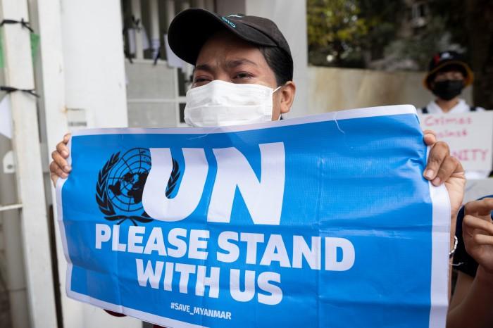 สหประชาชาติประณามรัฐบาลทหารพม่าใช้กำลังรุนแรงหลังผู้ชุมนุมดับ 3 ชาวพม่าร่วมอาลัยเหยื่อกระสุน