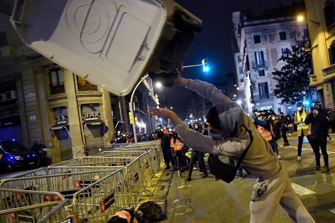 สันติเปล่าประโยชน์!ผู้ประท้วงหนุนแรปเปอร์หมิ่นเกษัตริย์สเปน ก่อความวุ่นวายปะทะตำรวจ6คืนติด