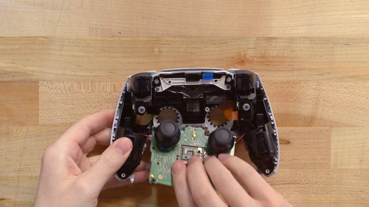 ช่างซ่อมเตือนจอย DualSense PS5 อาจเสื่อมสภาพใน 400 ชม.