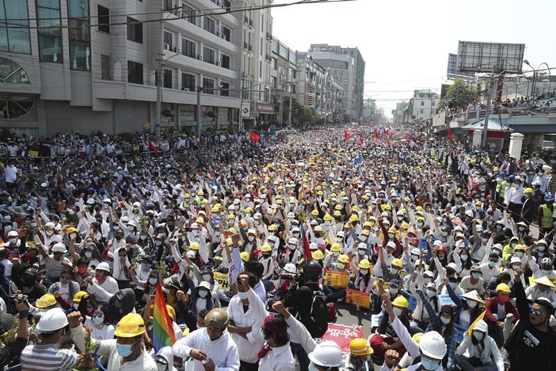 ผู้ประท้วงต่อต้านรัฐประหารจำนวนมากเข้าร่วมการชุมนุม ซึ่งจัดขึ้นใกล้ๆ กับสถานีรถไฟมัณฑะเลย์ ในเมืองมัณฑะเลย์ เมืองใหญ่อันดับ 2 ของพม่าเมื่อวันจันทร์ (22 ก.พ.)