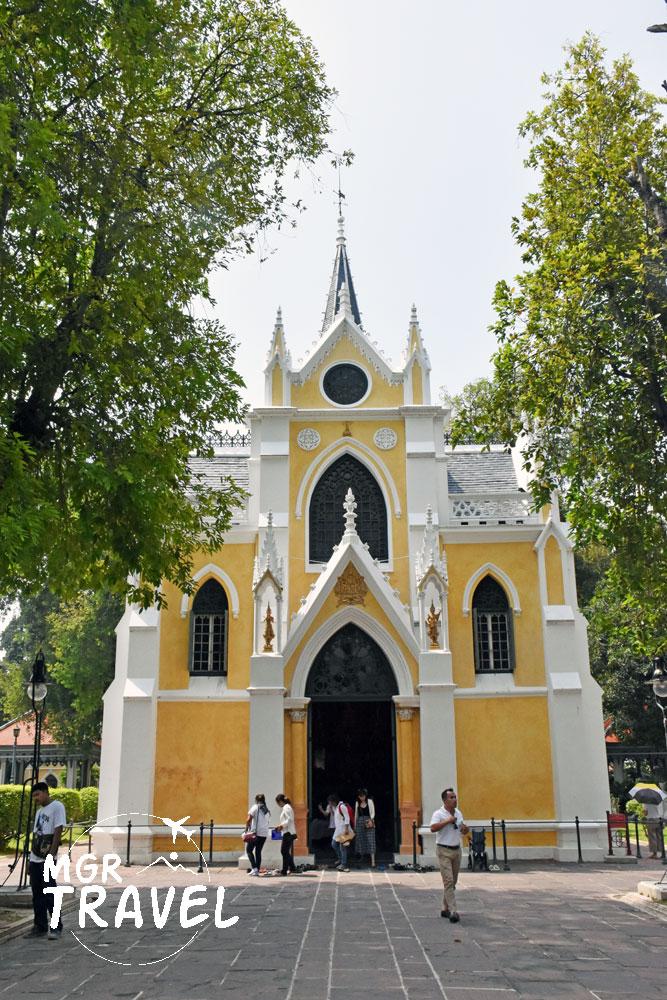 บริเวณด้านหน้าทางเข้าพระอุโบสถ