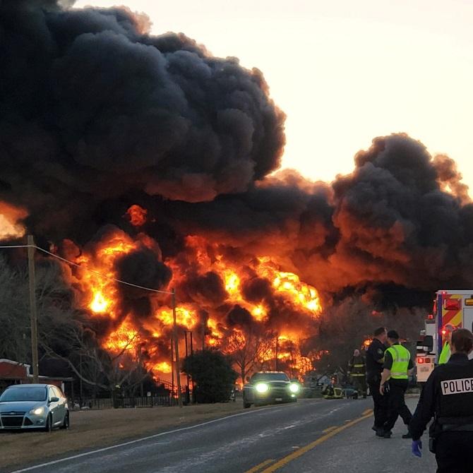 ภาพระทึก! รถไฟชนรถบรรทุก เปลวไฟมหึมาพวยพุ่งราวกับหนังฮอลลีวูด (ชมคลิป)