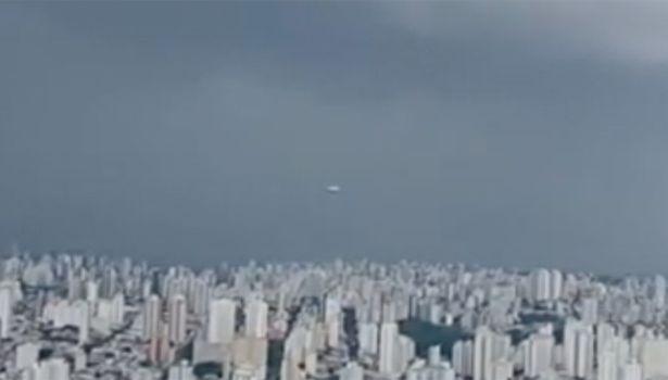 ฮือฮา!วัตถุประหลาดคล้าย'จานบิน'พุ่งผ่านกล้อง ขณะรายงานสดสภาพอากาศในบราซิล(ชมคลิป)