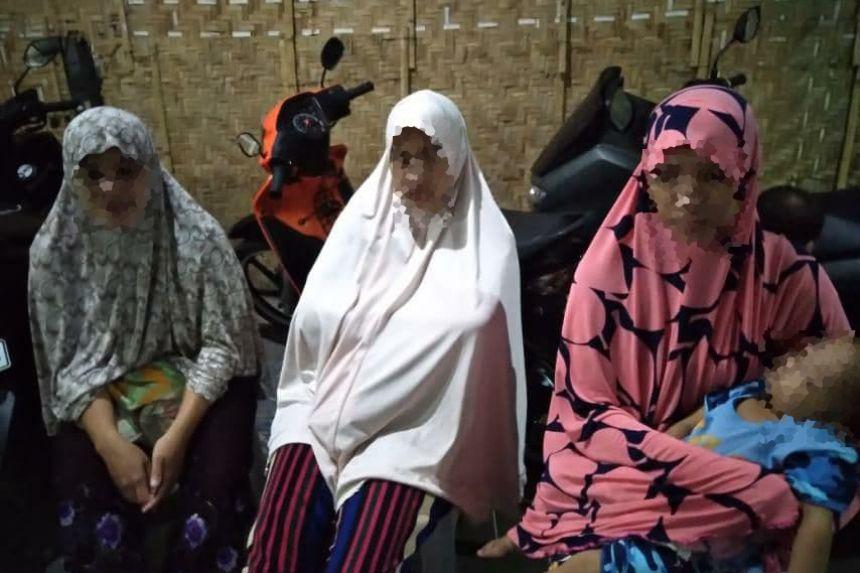 กองทัพฟิลิปปินส์จับกุมแม่ม่ายและบุตรสาวของนักรบอิสลามิสต์รวม 9 คน โดยพบว่ามีแผนใช้ระเบิดฆ่าตัวตายโจมตีทหาร (Photo : Philippines Inquirer)