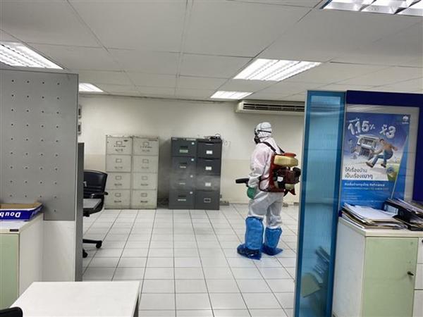 เร่งฉีดพ่นยาฆ่าเชื้อ ธนาคารกรุงไทย สาขาอ่างทอง  สร้างความมั่นใจให้กับประชาชน