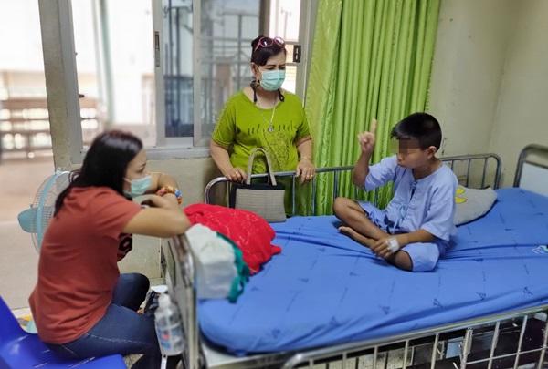 ผู้ปกครองโวย ! ครูสั่งลูกชายวัย 9 ปีสก็อตจั๊มพ์ติดต่อกัน 150 ครั้งทำขาเดี้ยง-นอนโรงพยาบาล