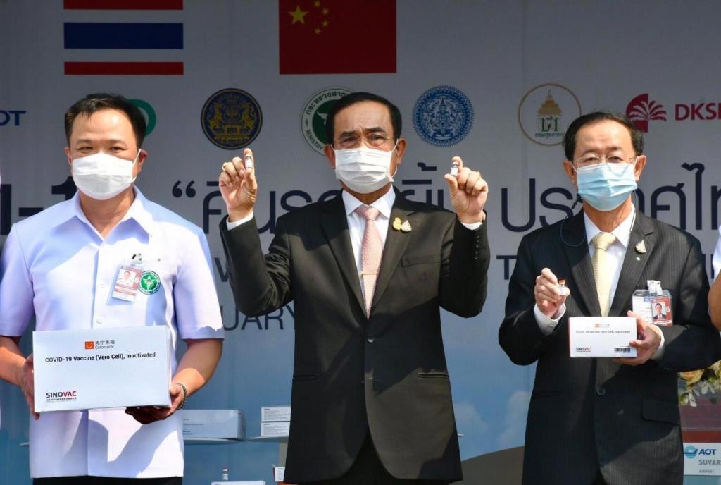 """จบดรามา! รองโฆษกฯ แจงปม """"นายกรัฐมนตรี"""" ถือขวดวัคซีนโควิดมือเปล่า ยันเป็นแค่ขวดตัวอย่าง"""