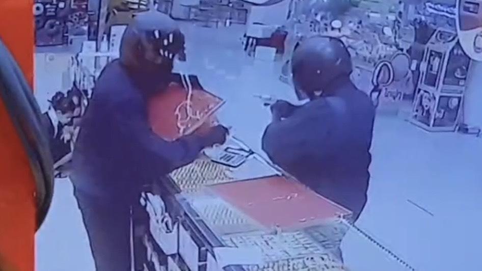 ระทึก! 2 โจรควงปืนบุกชิงทองในห้างดังย่านรัตนาธเบศร์ กวาดสร้อยทองเกือบสามร้อยบาทหนีลอยนวล