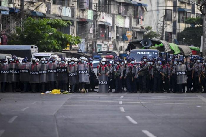 ตำรวจพม่ายิงแก๊สน้ำตาสลายผู้ชุมนุมกลางดึก ด้านธนาคารโลกระงับทุนโครงการพม่าช่วงหลังรัฐประหาร