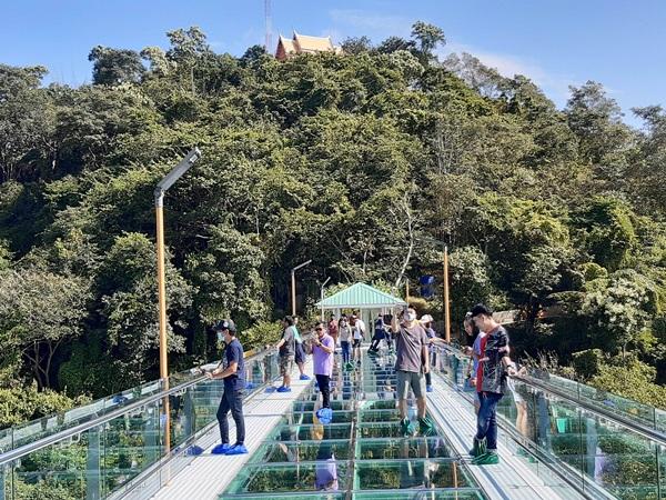 """เปิดแล้ว""""สกายวอล์ค"""" วัดเขาตะแบก จ.ชลบุรี นักท่องเที่ยวได้ชมธรรมชาติแบบ 360 องศา"""