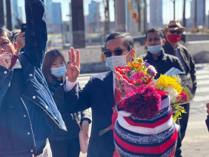 ทูตพม่ารับกระเช้าจากชาวพม่าในเจนีวา  หลังชู 3 นิ้ว ประกาศกลางที่ประชุม UN