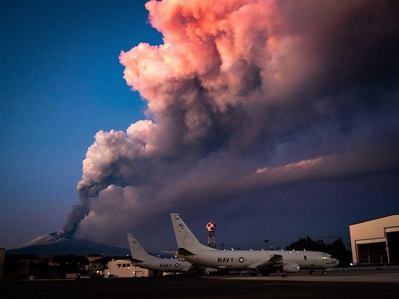 ในวันที่ 16 กุมภาพันธ์ เอตนาได้ระเบิดขึ้นมาระลอกใหม่  ในภาพนี้เป็นมุมมองจาก Naval Air Station Sigonella ซึ่งเป็นฐานทัพอากาศอิตาลีและกองทัพเรือสหรัฐอเมริกา ณ NATO Base Sigonella บนเกาะซิซิลี (ภาพโดยเว็บเพจของกองทัพเรือสหรัฐฯ ซึ่งเผยแพร่ให้ใช้บนเว็บเพจของวิกิพีเดีย)