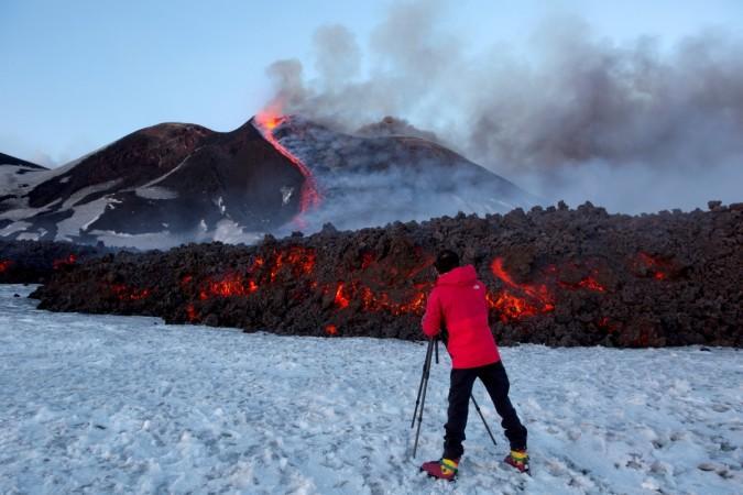 นักสกียืนมองไปภูเขาเอตนา ชื่นชมลีลาการปะทุและพ่นลาวาสีแดงฉานระอุอยู่ในท่ามกลางหิมะที่ปกคลุมทั่วเมือง  ความงดงามเยี่ยงนี้ของมหาเทวีเอตนาคือมนต์เสน่ห์ที่ดึงดูดนักท่องเที่ยวให้เข้าไปสัมผัสด้วยตนเอง