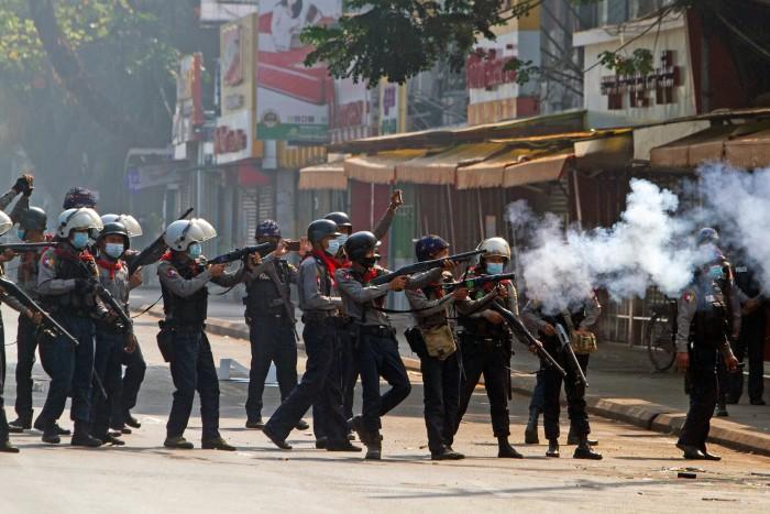ตำรวจพม่าสาดกระสุนสลายผู้ชุมนุมเป็นวันที่ 2 ดับอย่างน้อย 5 เจ็บอีกอื้อ