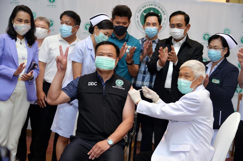 ประมวลภาพประวัติศาสตร์ : ฉีดวัคซีนโควิด-19 วันแรกของประเทศไทย รมว.สธ. ประเดิมเข็มแรกจากซิโนแวค